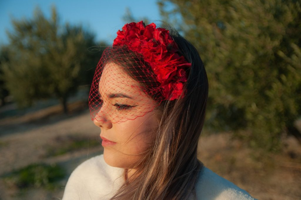 Diadema de flores con red color rojo